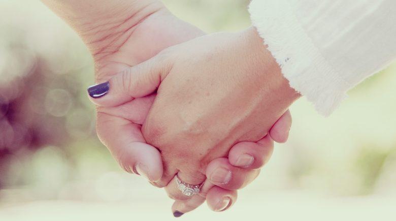 Mains nouées- Illustre l'article Rester Hu-main